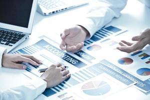 pessoas de negócios, discutindo as tabelas e gráficos foto