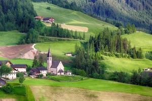 igreja de santa maddalena em dolomitas italianas alpes, odle, paisagem de primavera