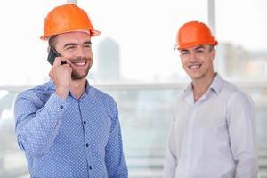 jovem equipe de construtores recebeu aprovação para construção foto