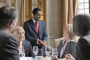 empresários na mesa do restaurante foto