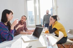 jovem grupo de pessoas / arquitetos discutindo planos de negócios foto