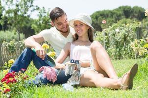 jovem casal juntos de jardinagem foto