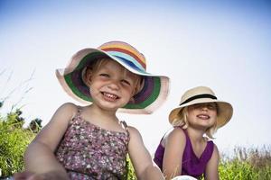 meninas sentados juntos na grama foto