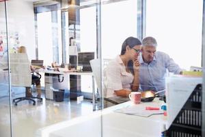 colegas de escritório trabalhando juntos foto
