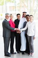 pessoas de negócios, colocando as mãos juntas foto