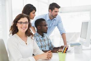 trabalho em equipe usando o monitor do computador juntos foto