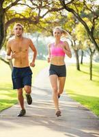 casal correndo juntos no parque foto