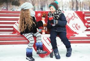 crianças menino e menina jogaram juntos. foto