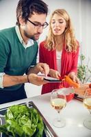 jovem casal cozinhando juntos foto
