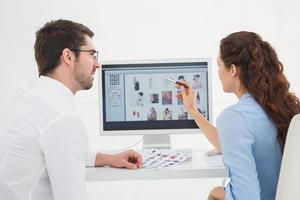trabalho em equipe falando e trabalhando juntos no computador foto