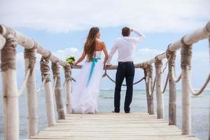 noiva e noivo juntos em um cais