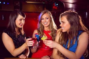 amigos bonitos bebendo cocktails juntos foto