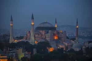 Istambul - hagia sophia iluminada à noite foto