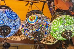 lâmpadas ornamentadas penduradas em um mercado foto