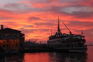 pôr do sol do Istambul Bósforo foto