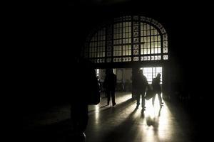 pessoas no terminal escuro