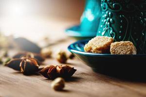 chá ou vinho quente com diversas especiarias foto