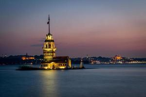 torre da donzela ou kiz kulesi após o pôr do sol foto