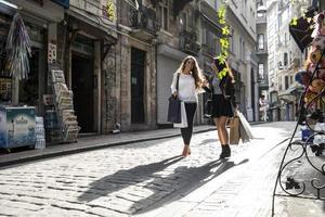 duas garotas em compras na rua foto