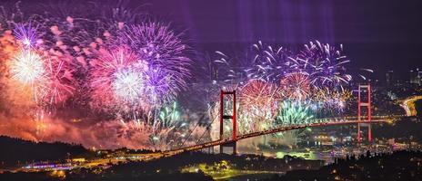 celebração do ano novo, fogo de artifício sobre o mar foto