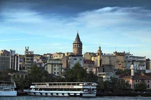 galata tower - istambul vista frontal do mar, bósforo, turquia.