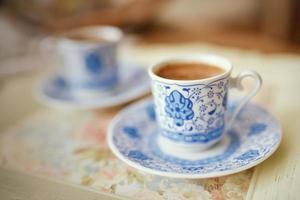 xícara de café turco em cima da mesa foto