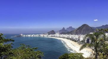 dia de sol na praia de copacabana no rio de janeiro foto