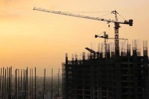 construção acontecendo na cidade de makati em manila foto