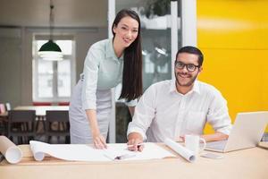 equipe de arquitetura casual trabalhando juntos na mesa foto