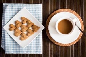 biscoitos de café junto com uma xícara de café foto