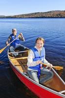 viagem de canoa em família foto