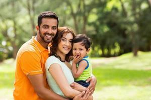 linda família indiana ao ar livre foto