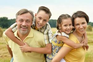 família feliz no campo de trigo foto