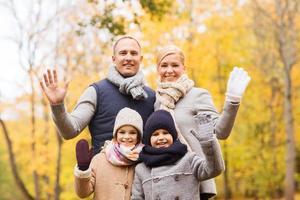família feliz no parque outono foto
