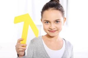 criança com flecha foto