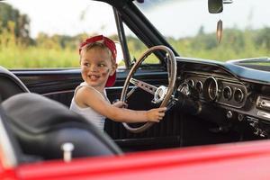 passeio de criança de carro foto