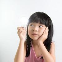 criança com lâmpada foto