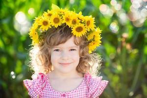 criança no campo de primavera foto