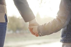 mãe, segurando a mão de seu filho