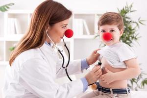 médico pediatra e paciente criança feliz foto