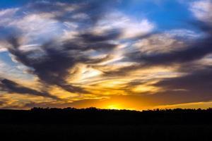 pôr do sol nublado foto