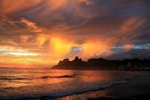incrível pôr do sol na praia de ipanema foto