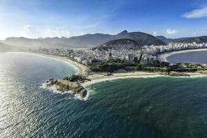 vista aérea de prédios na praia de copacabana foto