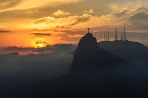 pôr do sol no cristo redentor, rio de janeiro, brasil foto
