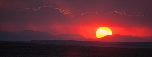 pôr do sol roxo foto