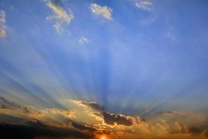 pôr do sol nublado
