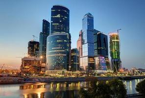 cidade de Moscou (centro internacional de negócios de Moscou) à noite foto