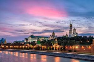 pôr do sol sobre o kremlin de Moscou foto