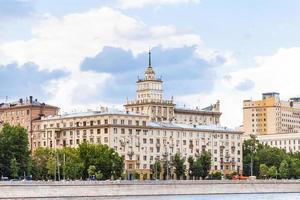 casas no aterro frunzenskaya em Moscou foto