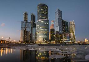 centro de negócios-cidade de Moscou ao pôr do sol. foto